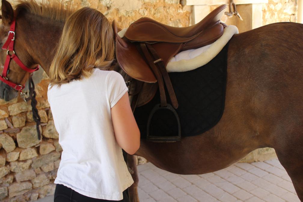 Détail enfant et son cheval
